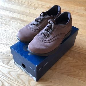SAS Walk Easy suede shoe in chocolate size 7M